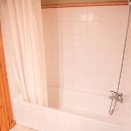 salle de bain complète avec baignoire Appartement Dusina