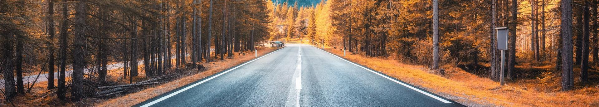 coche por la carretera de montaña en otoño