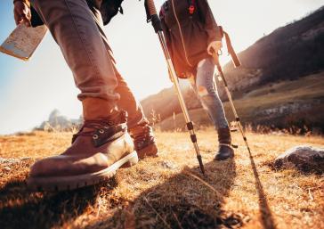 parella fent trekking per la muntanya