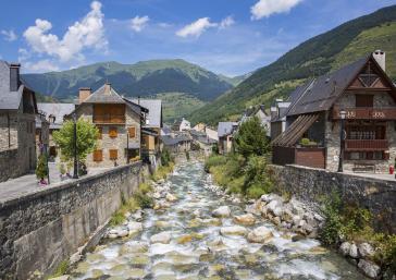 Viella amb vistes riu i muntanyes