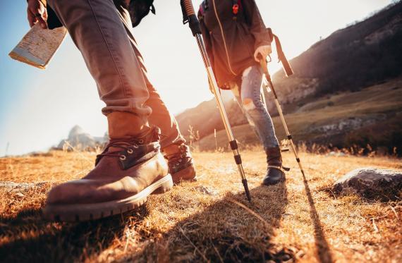 pareja haciendo trekking por la montaña