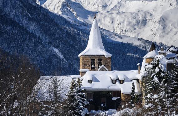 poble i muntanya nevats a la Vall d'Aran
