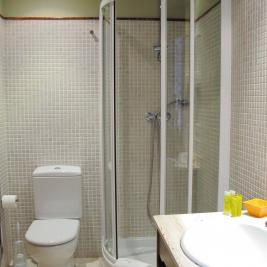 salle de bain avec douche Hôtel Pèira Blanca