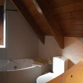 full rustic bathroom with sloping ceilings and tub Hotel Pèira Blanca