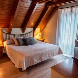 rustic double room with parquet flooring Hotel Pèira Blanca