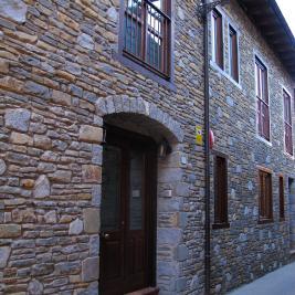 mur d'entrée en pierre de l'hôtel pèira blanca Garós