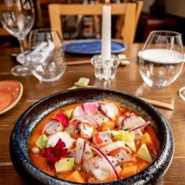 ceviche restaurante Es Arraïtzes cocina proximidad y peruana fusión