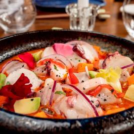 plato de ceviche restaurante Es Arraïtzes cocina proximidad y peruana fusión